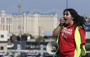 Casinomedeweker en lid vakbond tijdens demonstratie