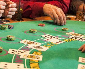Blackjacktafel met dealer en spelers
