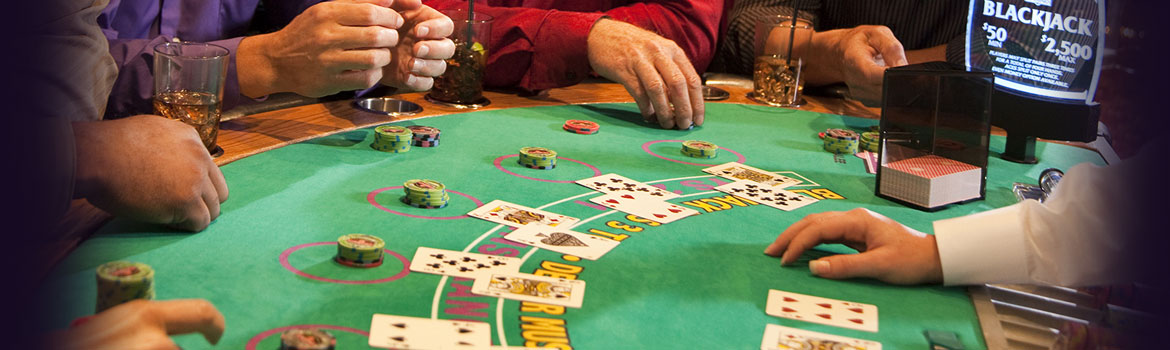 Blackjacktafel met dealer en spelers