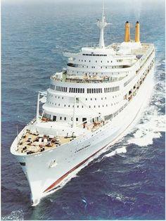 Cruiseschip uit de jaren zestig op open zee