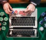 Online poker spelende man met fiches en kaarten